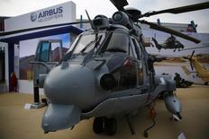 Un helicóptero militar EC 725 de Airbus es fotografiado en una feria internacional militar en Kielce. Imagen de archivo, 02 septiembre, 2014. Airbus Group anunció que planea vender algunas unidades de negocio con ingresos anuales combinados de unos 2.600 millones de dólares, simplificando sus divisiones espacial y de defensa para enfocarse en aviones de guerra, misiles, lanza misiles y satélites. REUTERS/Kacper Pempel