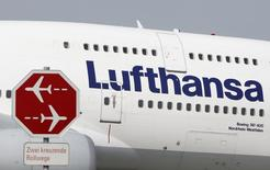 Un avión de la aerolina Lufthansa pasa al lado de una señalética en el aeropuerto de Munich. Imagen de archivo, 10 septiembre, 2014. La aerolínea alemana Lufthansa dijo el miércoles que acordó ordenar 25 nuevos aviones de Airbus por un valor de 2.500 millones de euros (3.240 millones de dólares) a precios de lista para reemplazar aeronaves más antiguas y reducir los costos por combustible en dos de sus filiales. REUTERS/Michaela Rehle