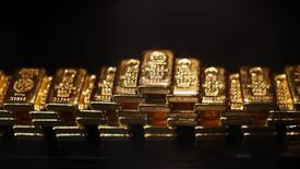 Barras de oro guardadas en un depósito de seguridad en la casa ProAurum en Munich. Imagen de archivo, 06 marzo, 2014. El oro tocó su mínimo nivel en 8 meses y medio el jueves debido a que el dólar se apreció a un máximo nivel en cuatro años después de que la Reserva Federal indicó que podría elevar las tasas de interés más rápido a lo previsto cuando inicie esos movimientos.  REUTERS/Michael Dalder
