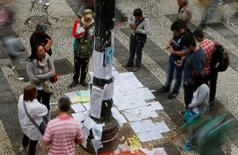 Pessoas olham anúncios de emprego no centro de São Paulo. 13/08/2014 REUTERS/Paulo Whitaker
