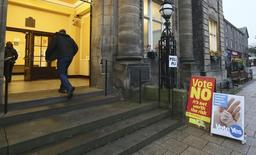 People arrive to cast their vote at Portobello Town Hall near Edinburgh, Scotland September 18, 2014. REUTERS/Paul Hackett