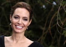 Imagen de archivo de la actriz Angelina Jolie a su llegada a un evento en el palacio Kensington de Londres, mayo 8 2014. La decisión de la actriz de Hollywood Angelina Jolie de hacer pública su doble mastectomía más que duplicó el número de mujeres en Gran Bretaña que busca realizarse análisis genéticos por cáncer de mama, según un estudio difundido el viernes. REUTERS/Luke MacGregor
