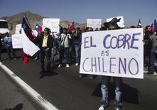Imagen de archivo de trabajadores de minera Escondida en una marcha en Antofagasta. 25 julio, 2011.  Los trabajadores de la mina de cobre Escondida en Chile, el mayor yacimiento mundial del metal rojo, iniciaron el lunes una paralización de 24 horas en demanda de mejoras laborales, dijo a Reuters el sindicato. REUTERS/Moises Avila