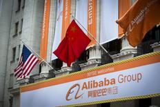 La bandera china y de EE.UU sobre un cartél de Alibaba frente a la Bolsa de Nueva York antes de su OPI. Imagen de archivo, 19 septiembre, 2014. Los bancos que gestionaron la oferta pública inicial de Alibaba Group Holding recibirían 300,4 millones de dólares en comisiones por colocación, informó el lunes el gigante chino de comercio electrónico en un documento presentado ante el regulador estadounidense. REUTERS/Lucas Jackson