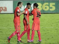 Neymar comemora gol marcado por ele contra o Levante ao lado dos companheiros de equipe Rakitic e Alba. 21/09/2014 REUTERS/Heino Kalis