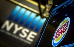 El puesto de Burger King en la bolsa de Wall Street en Nueva York, ago 26 2014. Nuevas y más duras reglas tributarias en Estados Unidos para las fusiones que buscan ventajas fiscales preocuparon a los inversores, lo que provocaba la caída de los precios de acciones de compañías involucradas en adquisiciones a ambos lados del Atlántico. REUTERS/Brendan McDermid