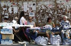 Уличные торговцы в Донецке 6 августа 2014 года. Увеличение мировой торговли товарами будет меньшим, чем ожидалось, в этом и следующем годах, а такие факторы, как региональные конфликты и вспышка Эболы, ставят под угрозу быстрое возвращение к сильному росту, заявила во вторник Всемирная торговая организация. REUTERS/Sergei Karpukhin