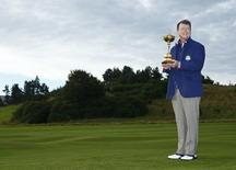U.S. Ryder Cup captain Tom Watson holds the Ryder Cup as he poses ahead of the 2014 Ryder Cup at Gleneagles in Scotland September 23, 2014. REUTERS/Eddie Keogh