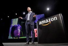 """Le directeur général d'Amazon, Jeff Bezos. Le géant américain du commerce en ligne prévoit d'étoffer au cours des cinq prochaines années les effectifs de ses discrets laboratoires de recherche dédiés aux produits électroniques dans la Silicon Valley, où sont expérimentés des appareils connectés """"intelligents"""" pour la maison. /Photo d'archives/REUTERS/Jason Redmond"""