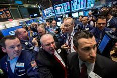 Imagen de archivo de operadores trabajando en la Bolsa de Nueva York. 23 mayo, 2014. Las acciones cerraron con caídas de más del 1 por ciento en el mercado bursátil de Estados Unidos, y el índice S&P 500 sufrió su mayor descenso diario desde julio, arrastradas por Apple Inc y por el alza del dólar a máximos de cuatro años. REUTERS/Brendan McDermid