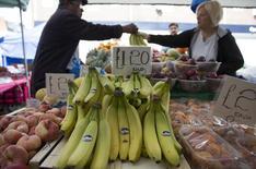 Sur un marché londonien. Le producteur irlandais de bananes Fyffes a convenu d'une hausse de la participation de son homologue américain Chiquita dans l'entité qui serait issue de leur fusion, signalant la volonté apparente de couper court à une offre concurrente. /Photo prisele 12 août 2014/REUTERS/Neil Hall