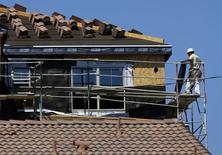 Operários em construção de casa nova em Carlsbad, na Califórnia. 22/09/2014 REUTERS/Mike Blake