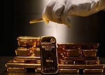 Lingotes de oro son guardados en depósitos de seguridad en ProAurum en Munich . Imagen de archivo, 03 marzo, 2014.  El oro caía el viernes y se dirigía a su cuarta caída semanal consecutiva, dado que los inversores eran cautos ya que la fortaleza del dólar y la recuperación de las acciones podrían arrastrar los precios por debajo de un soporte clave de 1.200 dólares la onza.  REUTERS/Michael Dalder