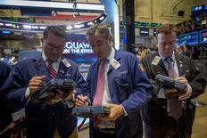 Unos operadores en la bolsa de Wall Street en Nueva York, sep 22 2014. Las acciones estadounidenses terminaron con fuertes alzas el viernes, pero el avance no fue suficiente como para compensar las bajas de las jornadas previas que llevaron a los índices a cerrar su peor semana en ocho. REUTERS/Brendan McDermid