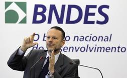 Presidente do Banco Nacional de Desenvolvimento Econômico e Social (BNDES), Luciano Coutinho, durante coletiva de imprensa na sede do banco, no Rio de Janeiro. 19/04/2012. REUTERS/Sergio Moraes