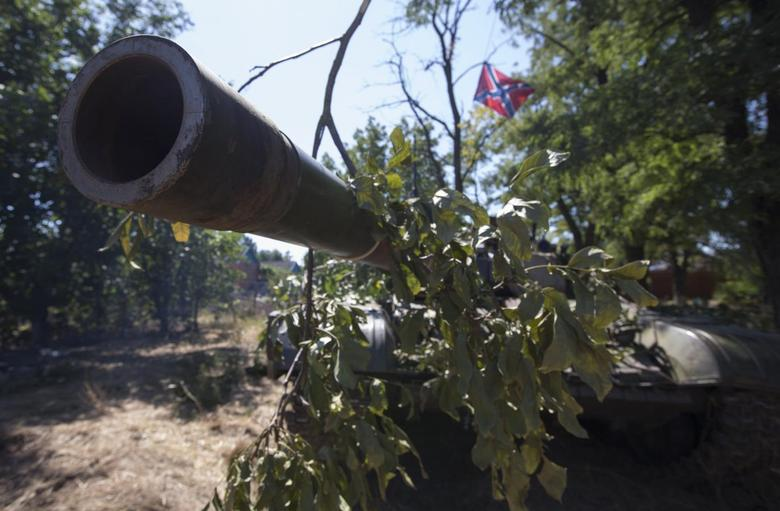 A barrel of a T-72 tank is seen with a flag of the DNR (Donetsk People's Republic) in the southern coastal town of Novoazovsk, August 31, 2014. REUTERS/Vasily Fedosenko