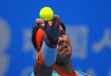 Rafael Nadal saca contra Richard Gasquet em partida do Aberto da China, em Pequim. 30/09/2014 REUTERS/Petar Kujundzic