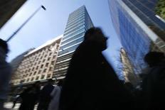Personas pasan por un área comercial en el centro de Santiago. Imagen de archivo, 25 agosto, 2014. La tasa de desempleo en Chile subió a un 6,7 por ciento en el trimestre móvil junio-agosto, en medio de la mayor desaceleración de la economía doméstica y por negativos efectos estacionales, dijo el martes una agencia gubernamental. REUTERS/Ivan Alvarado