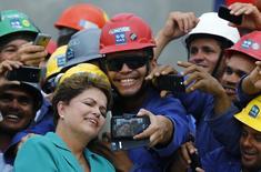 Presidente Dilma tira fotos com operários em visita ao Parque Olímpico.  REUTERS/Ricardo Moraes