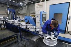 Рабочий на литейно-механическом заводе СКАД в Дивногорске 29 сентября 2014 года. Рост деловой активности в обрабатывающем секторе промышленности РФ продолжился в сентябре 2014 года, однако его темпы замедлились на фоне сокращения экспорта, свидетельствует опрос, проведенный компанией Markit по заказу HSBC. REUTERS/Ilya Naymushin