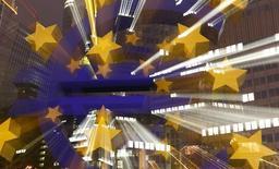 Символ валюты евро у здания ЕЦБ во Франкфурте-на-Майне 2 сентября 2013 года. Европейский центробанк изложил планы скупки секьюритизированного долга в рамках плана стимулирования банковского кредитования и ускорения стагнирующей экономики зоны евро. REUTERS/Kai Pfaffenbach