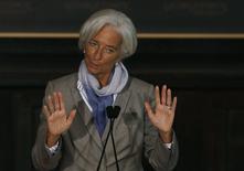 """Глава МВФ Кристин Лагард выступает в Джорджтаунском университете в Вашингтоне 2 октября 2014 года. Мировая экономика может застрять на пути """"посредственного"""" роста с высокой задолженностью и безработицей, пока регуляторы не откроют рынки труда, начнут инвестировать в инфраструктуру и реформировать бюджетную политику, предупредила в четверг глава Международного валютного фонда. REUTERS/Gary Cameron"""