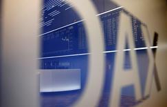 Les principales Bourses européennes prolongent lundi à l'ouverture leur rebond entamé vendredi dans la foulée des chiffres meilleurs que prévu de l'emploi américain en septembre aux Etats-Unis. La Bourse de Francfort, fermée vendredi, fait la course en tête avec un gain de 1,24% vers 07h25 GMT. Paris progresse de 0,6%, Londres de 0,38%. L'EuroStoxx 50 avance de 0,9%. /Photo d'archives/REUTERS/Kai Pfaffenbach