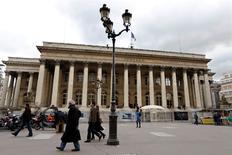 Le rebond des Bourses européennes est freiné lundi à la mi-séance par des indicateurs moroses pour la zone euro. À Paris, le CAC 40 prend 0,21%, soit 8,80 points, à 4.290,54 vers 12h30.  /Photo d'archives/REUTERS/Charles Platiau