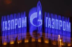 Логотип Газпрома на крыше здания в Санкт-Петербурге 14 ноября 2013 года. Крупнейший в мире производитель газа Газпром ожидает роста добычи в 2015 году примерно на 5 процентов и уже готовит производственные мощности, сказал журналистам член правления концерна Всеволод Черепанов. REUTERS/Alexander Demianchuk