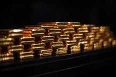 Слитки золота в хранилище ProAurum в Мюнхене 6 марта 2014 года. Цены на золото держатся выше $1.200 за унцию после значительного роста в понедельник, вызванного снижением курса доллара. REUTERS/Michael Dalder