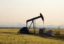 Le marché mondial du pétrole, à la peine entre la hausse de la production, l'affaiblissement de la demande et le glissement des prix, pourrait être sur le point de basculer vers une ère d'abondance, succédant à celle de la rareté. /Photo prise le 21 juillet 2014/REUTERS/Todd Korol