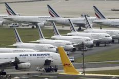 Aviones Air France estacionados en el aeropuerto internacional Charles de Gaulle en Roissy, cerca de París. Imagen de archivo, 17 septiembre, 2014. Air France-KLM dijo que el costo total de la huelga que realizaron sus pilotos el mes pasado fue de 500 millones de euros (632 millones de dólares), suficiente para evaporar más de una quinta parte de la estimación de la ganancia estructural del grupo y llevar a sus acciones a mínimos de 13 meses. REUTERS/Charles Platiau