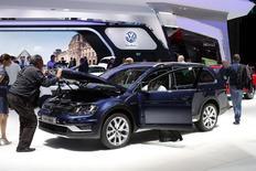 Volkswagen annonce une hausse de 3% des ventes en septembre, à 881.300 véhicules, donnant une croissance de 5,3% sur la période de janvier à septembre. /Photo prise le 2 octobre 2014/REUTERS/Benoît Tessier