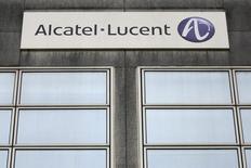 Alcatel-Lucent, en recul de 5,06%, accuse la plus forte baisse du CAC 40 à la Bourse de Paris à la mi-séance alors que l'avertissement de Juniper nourrit encore un peu plus les inquiétudes du marché sur les clients du groupe franco-américain. L'indice vedette parisien de son côté abandonne 1,43% à 4.082,41 points.  /Photo d'archives/REUTERS/Stéphane Mahé
