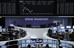 Unos operadores en la bolsa alemana de comercio en Fráncfort, oct 8 2014. Las acciones europeas se derrumbaron el viernes y arrastraron al mercado bursátil alemán, uno de los de mejor desempeño en la región tras la crisis financiera del 2008, a mínimos de un año, en medio de una creciente preocupación sobre el crecimiento económico global      REUTERS/Remote/Stringer