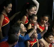 Presidente Dilma Rousseff, que disputa a reeleição pelo PT, durante evento de campanha em São Paulo em que assitiu a uma apresentação de ginástica de crianças. 12/10/2014 REUTERS/Paulo Whitaker