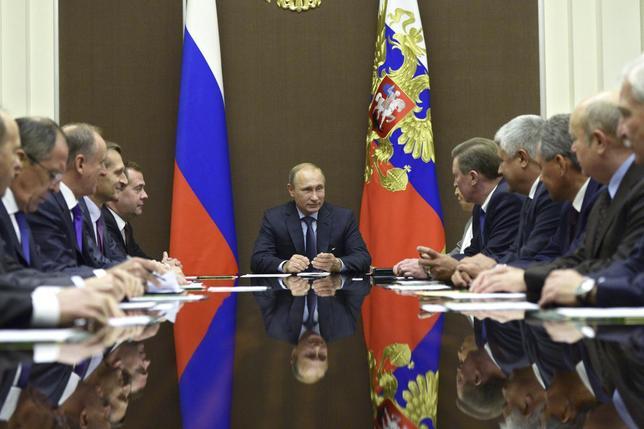 10月12日、ロシアのプーチン大統領は、ウクライナ国境付近で軍事演習を展開していた軍部隊に対し、所属基地への撤収を命じた。安全保障委員会の議長を務めるプーチン大統領。11日撮影(2014年 ロイター/Alexei Nikolskyi/RIA Novosti/Kremlin)