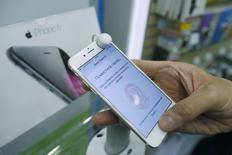 Un hombre sujeta un iPhone 6 en una tienda en Moscú. Imagen de archivo, 26 septiembre, 2014. Apple dijo que sus recientemente lanzados teléfonos iPhone 6 y iPhone 6 Plus estarán disponibles en más de 115 países para fin de año.  REUTERS/Maxim Shemetov