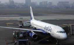 Un Airbus A320 de IndiGo fotografiado en el aeropuerto internacional Chhatrapathi Shivaji en Mumbai. Imagen de archivo, 3 febrero, 2013.  La aerolínea india de bajo costo IndiGo acordó comprar 250 aviones de pasillo único A320neo de Airbus SA, dijeron las compañías el miércoles, lo que podría marcar el mayor número de aeronaves vendidas por el fabricante europeo en un solo pedido.  REUTERS/Vivek Prakash