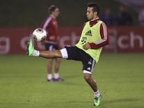 Jogador Thiago Alcántara controla a bola durante treinamento em Doha. 8/01/2014. REUTERS/Fadi Al-Assaad