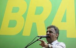 El candidato a la presidencia de Brasil, Aecio Neves, se dirige a sus partidarios durante su campaña en Sao Paulo., 15 octubre, 2014. La inyección final de fondos a la campaña del candidato opositor Aécio Neves está apretando al máximo la segunda vuelta de las elecciones presidenciales en Brasil, y reduce la gran ventaja en financiación de la mandataria Dilma Rousseff. REUTERS/Nacho Doce