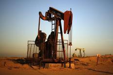 Станок-качалка под Бейкерфилдом 14 октября 2014 года. Цены на нефть растут после публикации хороших экономических показателей США, но аналитики сомневаются в существенном повышении котировок. REUTERS/Lucy Nicholson