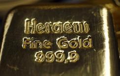 Слитки золота в хранилище Pro Aurum в Мюнхене 3 марта 2014 года. Цены на золото вырастут вторую неделю подряд за счет неутихающих опасений за здоровье мировой экономики. REUTERS/Michael Dalder