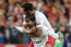 Maxwell comemora gol do Paris St Germain com Cabaye nesta sexta-feira.  REUTERS/Charles Platiau