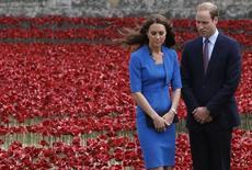 Príncipe britânico William e princesa Kate participam de instalação com tulipas vermelhas para lembrar o 100º aniversário do início da Primeira Guerra Mundial, em Londres. REUTERS/Luke MacGregor