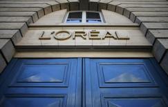 """L'Oréal gagne 0,13% vers 13h10, quand le CAC perd 1,26% à 3.982,39 points. Natixis a relevé son conseil de """"neutre"""" à """"acheter"""" sur la valeur et porté son objectif de cours de 120 à 139 euros. /Photo d'archives/REUTERS/Christian Hartmann"""