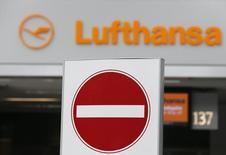 """Un cartel de """"no entrar"""" frente al mesón de Lufthansa en el aeropuerto de Duesseldorf, 20 octubre, 2014. Lufthansa dijo que tendrá que cancelar casi todos sus vuelos de larga distancia desde Fráncfort el martes, después de que el sindicato de pilotos VC extendió el lunes su huelga en la aerolínea alemana. REUTERS/Wolfgang Rattay"""