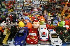 """Магазин игрушек в Пекине 2 августа 2007 года. Квартальная прибыль американского производителя игрушек Hasbro Inc выросла на 43 процента за счет высокого спроса на игрушки по мотивам фильмов """"Трансформеры"""" и """"Звездные войны"""" и комиксов Marvel на развивающихся рынках. REUTERS/Claro Cortes IV"""