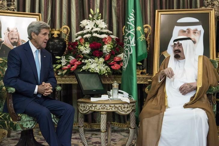 Saudi King Abdullah bin Abdul Aziz al-Saud (R) talks with U.S. Secretary of State John Kerry before a meeting at the Royal Palace in Jeddah September 11, 2014. REUTERS/Brendan Smialowski/Pool