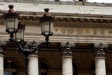Après avoir ouvert en baisse, les principales Bourses européennes s'affichaient en hausse mardi dans les premiers échanges, les investisseurs passant outre l'annonce, attendue, d'un ralentissement économique chinois. À Paris, le CAC 40 prend 0,34% à 4.004,82 points vers 09h45.  /Photo d'archives/REUTERS/Charles Platiau